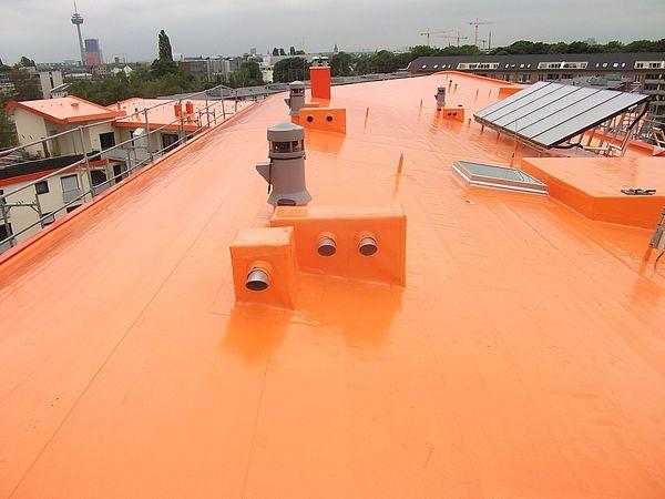 Bedachung mit farbigen Dachbahnen