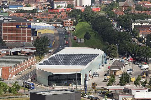 Flachdach mit einer Großvoltaikanlage bei Stadler