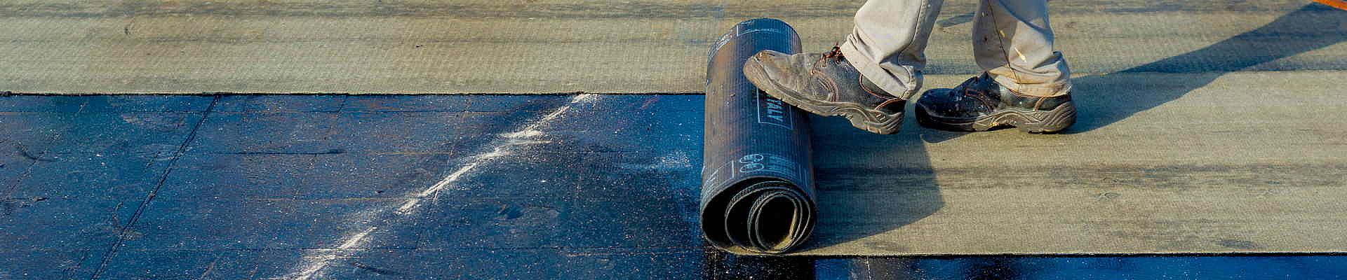 Ausgeprägte Rissbildung in einer Dachfläche erfordert zumeist eine komplette Sanierung.