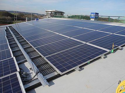 Solaranlage und Eisspeicher zur Energiegewinnung.