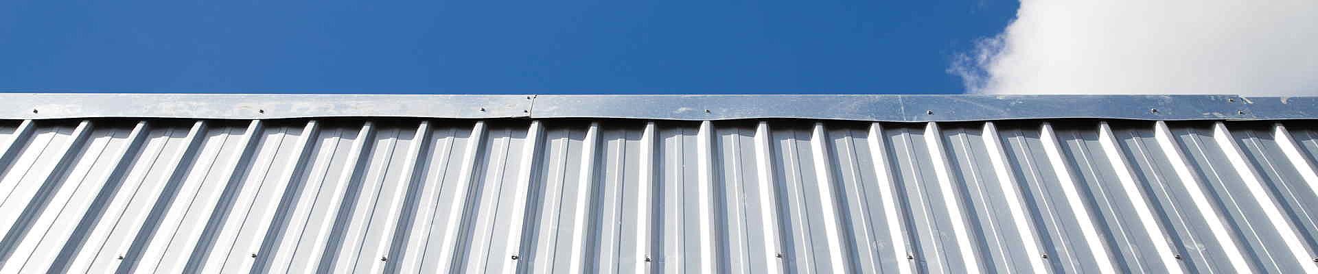 Ein Stahltrapezdach ist lange haltbar und eine saubere Lösung für viele Dachobjekte.