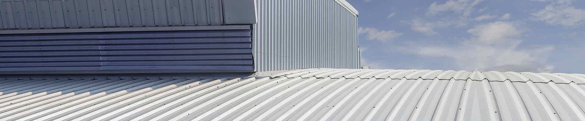 Metalldach oder Stahltrapezdach sind hervorragende Lösungen für große Dachflächen.