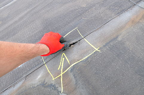 Fehlerhafte Naht auf einem Flachdach. Hier ist eine Reparatur erforderlich.